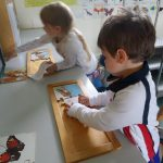 kids doing puzzles of animals